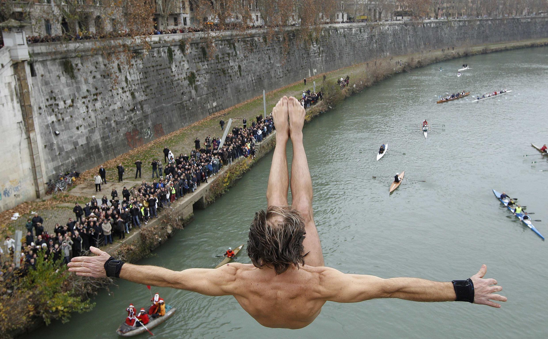 Mergulho tradicional de ano novo no rio Tibre, em Roma, do alto da Ponte Cavour.