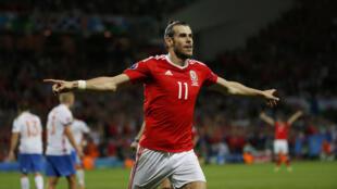 Mshambuliaji wa Wales, Gareth Bale akishangilia baada ya kuifungia timu yake goli.