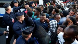 La police française évacue des migrants porte de la Chapelle à Paris, le 7 juillet 2017.