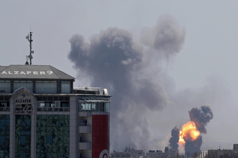 Nuvens de fumo e fogo no céu de Gaza,depois os ataques  aéreos de Israel. 4 de Maio de 2019.