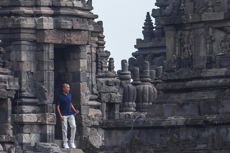 Cựu tổng thống Mỹ Barack Obama đến thăm đền Prambanan, tại Yogyakarta, Indonesia, ngày 29/06/2017.