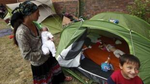 Acampamentos ciganos ilegais são frequentemente desmantelados na França.