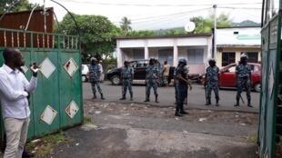 Peloton de gendarmerie devant le QG de campagne d'un candidat d'opposition aux Comores. (Photo d'illustration)