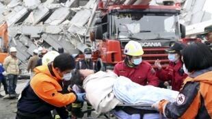 在台南震区救灾的救援人员  2016年2月6日