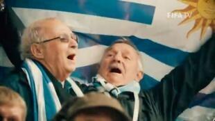 Los seguidores de la celeste Pedro y Enrique, cantando el himno nacional uruguayo en el mundial de Rusia 2018
