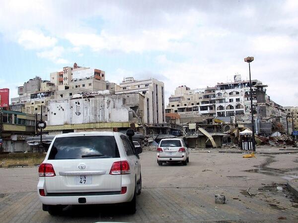 Msafara wa magari ya waangalizi wa Umoja wa Mataifa walioko nchini Syria wakiwa kwenye mji wa Homs