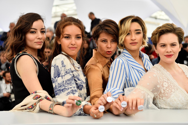 La réalisatrice Mounia Meddour (au centre), entourée de ses (formidables) actrices : Amira Hilda Douaouda, Lyna Khoudri, Shirine Boutella et Zahra Doumandji au Festival de Cannes 2019.