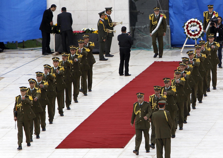 Đội danh dự Palestine sau buổi lễ đặt vòng hoa trên mộ cố lãnh tụ Yasser Arafat tại Ramallah ngày 27/11/2012.