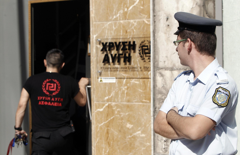 Un policier grec devant le quartier général du parti d'extrême droite Aube dorée, ce mercredi 18 septembre 2013.