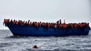 Katika bahari ya Mediterrania, kwenye umbali wa maili 20 na pwani ya Libya, wahamiaji wakisubiri Jumatatu hii, Oktoba 3, 2016, kuokolewa.