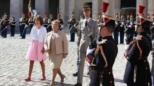 La presidenta chilena Michelle Bachelet al inicio de su visita oficial a Francia en compañía de la ministar de salud gala Marisol Touraine.