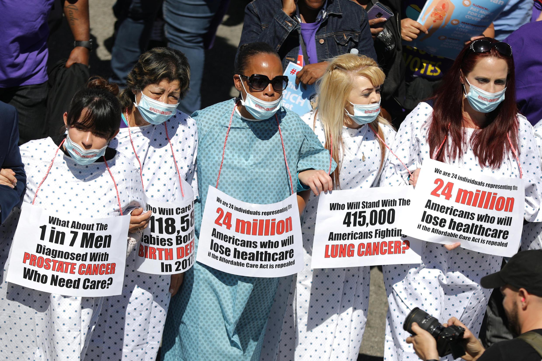 """Người dân tuần hành đòi """"Giữ bảo hiểm y tế Obamacare"""", tại Los Angeles, California, Hoa Kỳ, ngày 23/03/2017"""