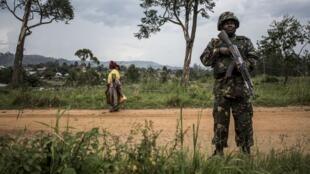 Un soldat de la Monusco monte la garde sur une route dans la région de Beni, en RDC, en novembre 2018 (image d'illustration)