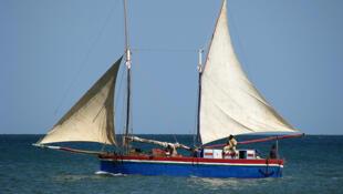 Les pêcheurs malgaches, obligés de s'éloigner de la Grande Ile pour trouver les requins et les concombres de mer.