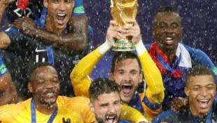 Hugo Lloris, le capitaine de l'quipe de France, brandit la Coupe du monde à Moscou, dimanche 15 juillet 2018.
