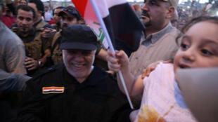 伊拉克總理阿巴迪在摩蘇爾與當地民眾慶祝勝利的資料圖片