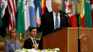 Дональд Трамп выступает с речью перед лидерами мусульманских стран в Эр-Рияде, 21 мая 2017 г.