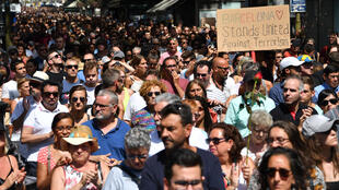 Plusieurs milliers de personnes, Barcelonais et touristes, réunis autour de la place de Catalogne et des Ramblas, le vendredi 18 août 2017.