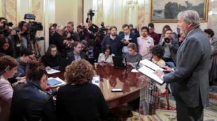 Porta-voz do governo espanhol, Inigo Mendez de Vigo, informa sobre a realização de um conselho extraordinário dos ministros, no sábado.