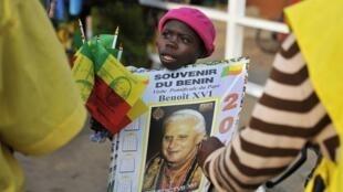 Africanos aguardam chegada do papa no Benin.