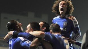 David Luiz celebra qualificação do Chelsea para quartas de final da Liga dos Campeões.