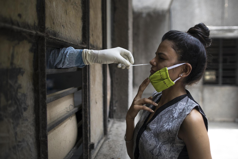 Une femme se faisant tester pour le coronavirus, à New Delhi, en Inde, le 19 juin 2020.