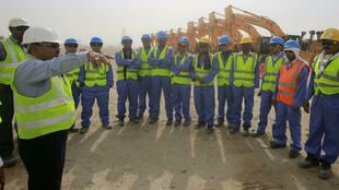 Un grupo de obreros escuchan al capataz antes de proseguir con la construcción del estadio de Al-Wakrah, el pasado 20 de mayo de 2014.