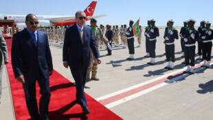 Presidente turco Erdogan (Direita) e o homólogo mauritaniano Mohamed Ould Abdel Aziz (Esquerda) no Aeroporto de Nouakchott, a 28 de Fevereiro de 2018.