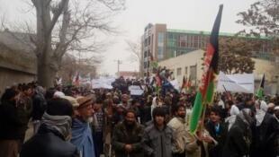 صدها تن از مردم افغانستان در مقابل سفارت پاکستان در کابل تجمع کرده و اقدام به تظاهرات کردند.