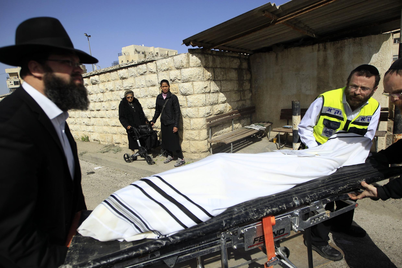 Corpo do rabino Jonathan Sandler, assassinado durante ato antissemita em Toulouse, é preparado para a cremação em Jerusalém nesta quarta-feira.