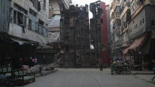 Os rebeldes que controlam Aleppo fazem barricadas com ônibus para se proteger da ofensiva das forças do regime.