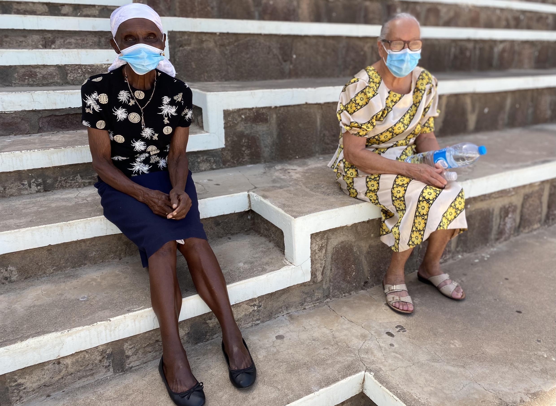 Duas utentes a quem foi administrada a vacina contra a Covid-19.