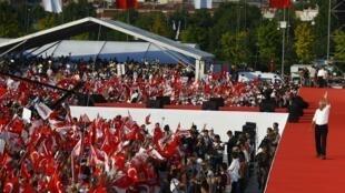 """Kemal Kilicdaroglu, líder da oposição turca, recebe dezenas de milhares de pessoas em Istambul na """"Marcha pela Justiça"""", em 9 de julho de 2017."""