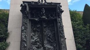 """""""La puerta del Infierno"""" en los jardines del Museo Rodin de París."""