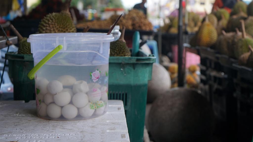 Au marché, les œufs de tortues attendent les clients.