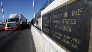 Una fila de camiones espera pasar por el control aduanero y entrar a EEUU en el Puente Internacional Americas en Ciudad Juárez, México el 15 de agosto de 2017.