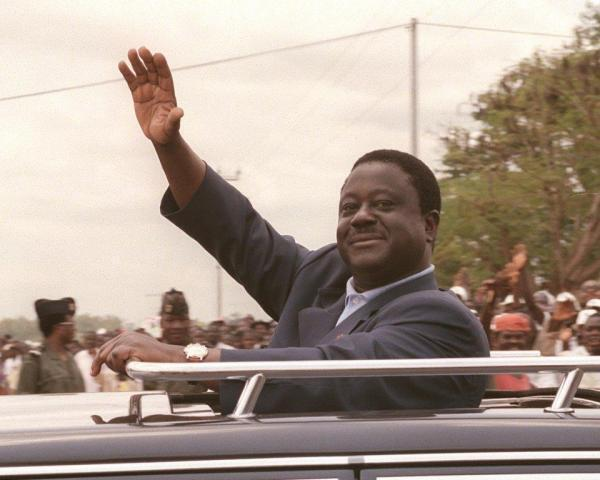 Henri Konan Bédié, président de la République de Côte d'Ivoire, salue ses supporters, le 03 mars 1995 à Bangolo, durant sa campagne pour les élections présidentielles d'octobre 1995.