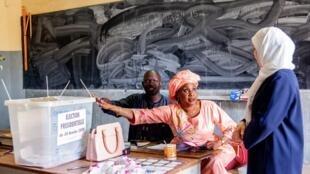 Une Sénégalaise s'apprête à voter pour la présidentielle à l'école Adja Mame Yacine Diagne, à Dakar, le 24 février 2019.