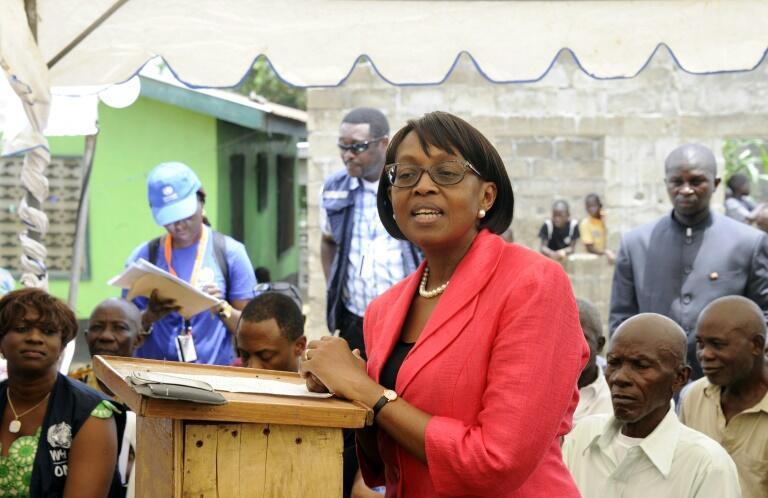 Matshidiso Moeti, directora regional de la OMS para Africa,habla durante una visita a Zuma Town, Liberia, el 22 de abril de 2015
