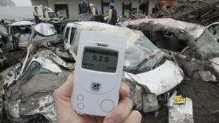 Измерение уровня радиации в городе Сендай на севере Японии, 20 марта 2011.