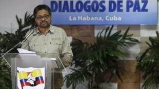 El negociador de las FARC en La Habana, Iván Márquez, lee un documento durante las conversaciones sobre el proceso de paz en Colombia, La Habana, 2 de febrero de 2016.