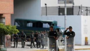 Сотрудники Национальной охраны Венесуэлы вокруг здания прокуратуры, 5 августа, 2017 года.