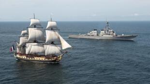 """Фрегат """"Гермиона"""" в сопровождении корабля USS Mitscher ВМС США 2 июня 2015"""
