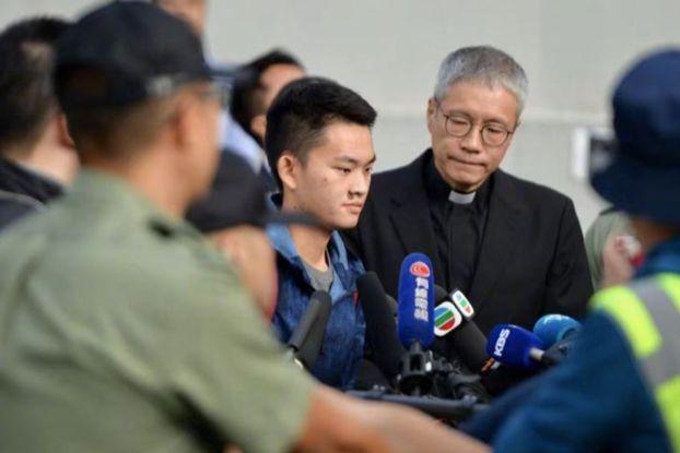 涉案香港青年陈同佳在管浩鸣牧师陪同下刑满出狱资料图片
