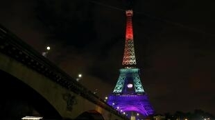 A torre Eiffel iluminada com as cores do orgulho gay