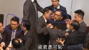 8.12 两名议员被保安拉走,右圈者为林卓廷,左圈者为尹兆坚(片段截图)