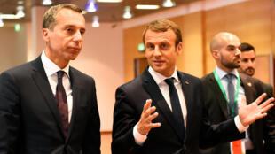 Emmanuel Macron le 23 août 2017 à Salzbourg, première étape de sa mini-tournée en Europe centrale et orientale. Ici, le président français est aux côtés du chancelier autrichien Christian Kern.