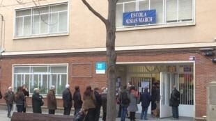La file d'attente des électeurs d'un bureau de vote dans un quartier périphérique de Barcelone, le 21 décembre 2017.