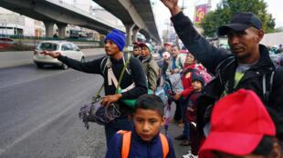 Đoàn di dân Trung Mỹ rời thủ đô Mêhicô để đến chặng tiếp theo Queretaro, miền trung Mêhicô, trong hành trình đến Mỹ, ngày 10/11/2018.