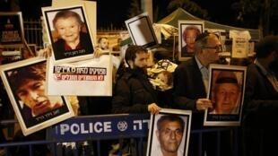 Em Jerusalém, cerca de 200 pessoas protestaram ontem à noite em frente à casa do premiê israelsense Benjamin Netanyahu contra anova libertação de prisioneiros palestinos.
